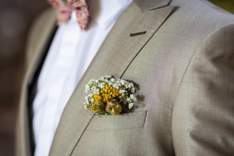 Une boutonnière de fleurs séchées pour Monsieur