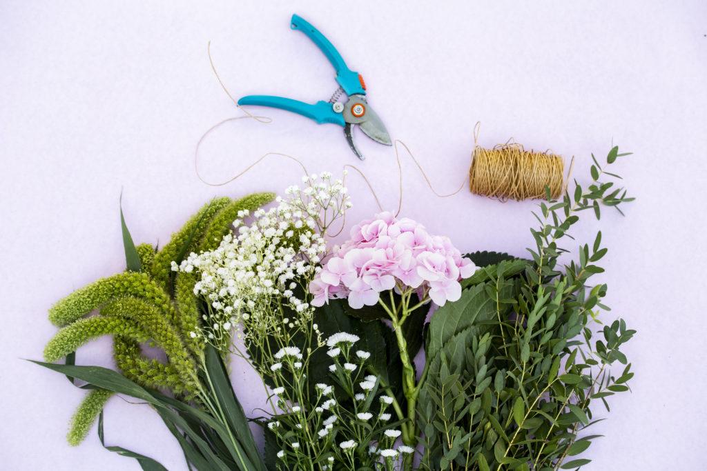 Des fleurs et feuillages frais, et outils pour nos ateliers