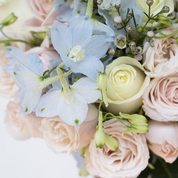 Zoom sur un bouquet de mariée pastel