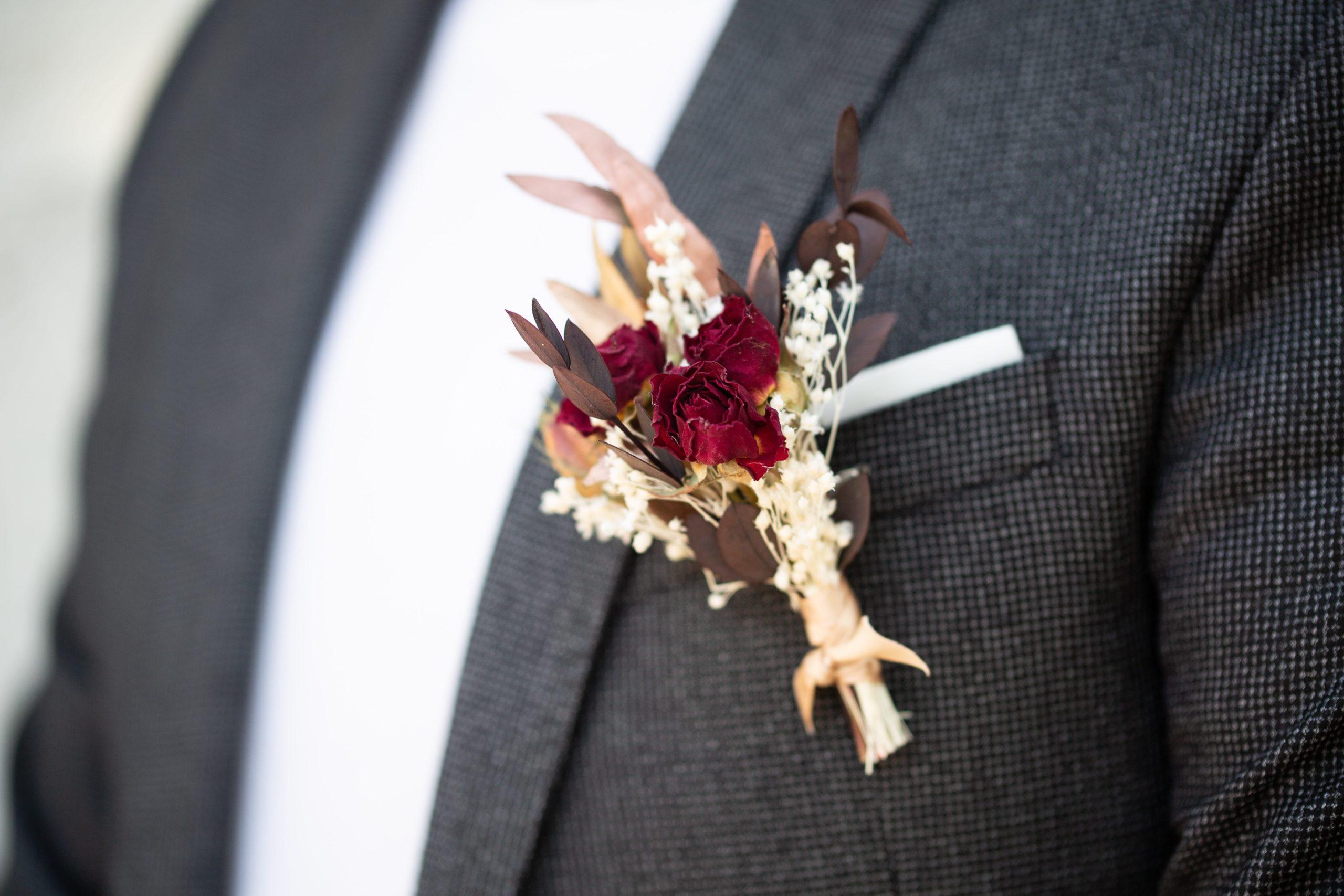 Boutonnière de fleurs séchées assortie pour Monsieur