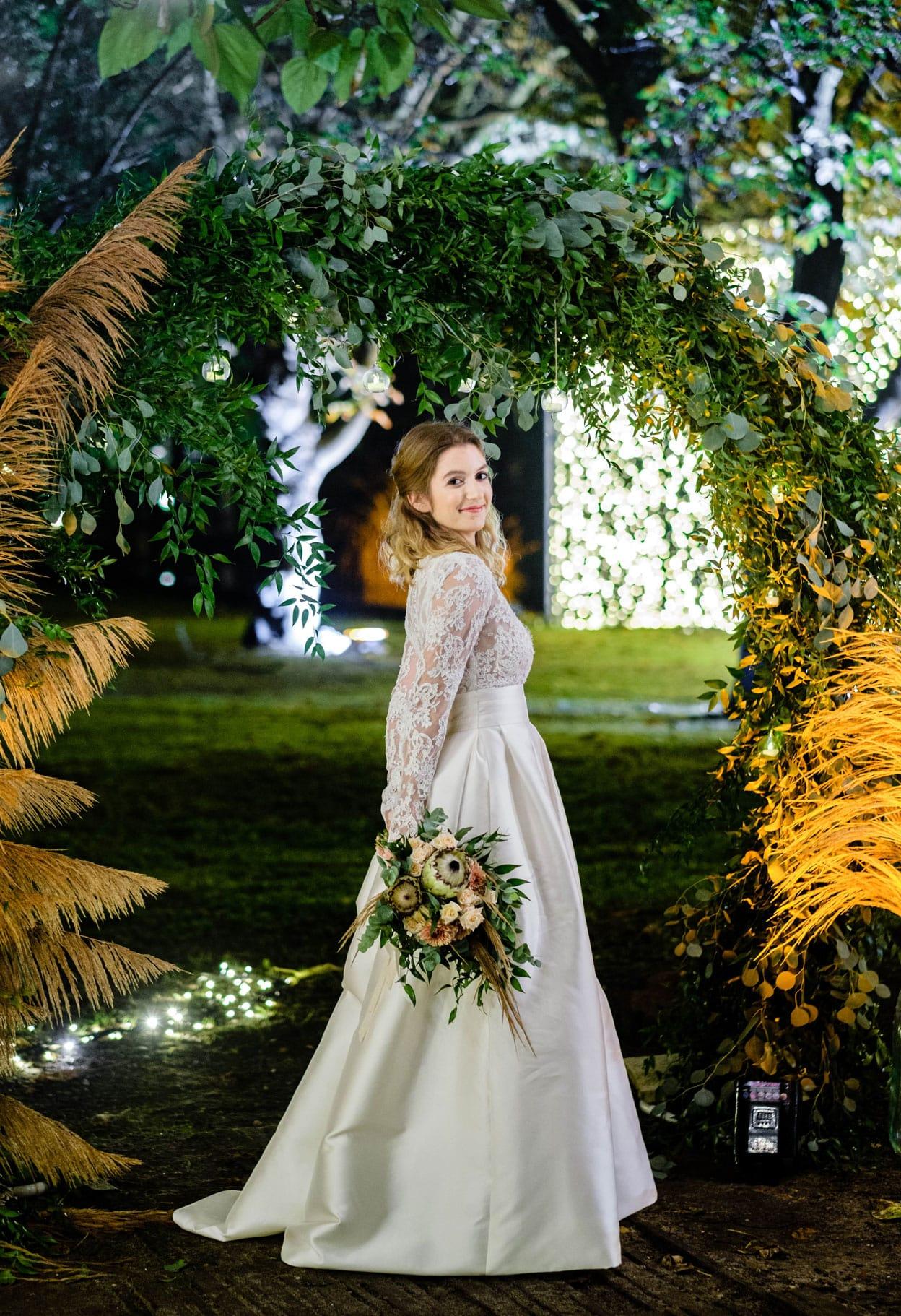 Bouquet de mariée et arche fleurie