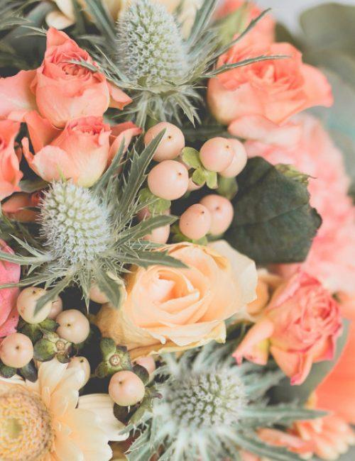 Un bouquet de mariée couleur corail