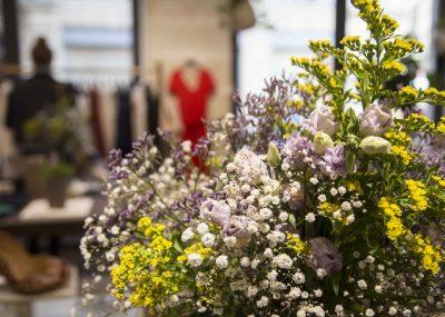 Zoom sur fleurs fraîches dans une boutique